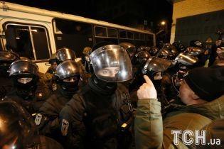 """Автобусная """"баррикада"""" и силовики в экипировке. Что происходит под СИЗО, где находится Саакашвили"""