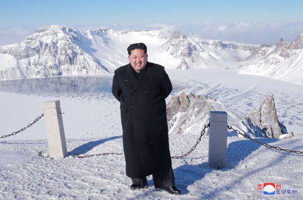 С улыбкой на лице и сигаретой в руках: как Ким Чен Ын прогулялся в горах в КНДР