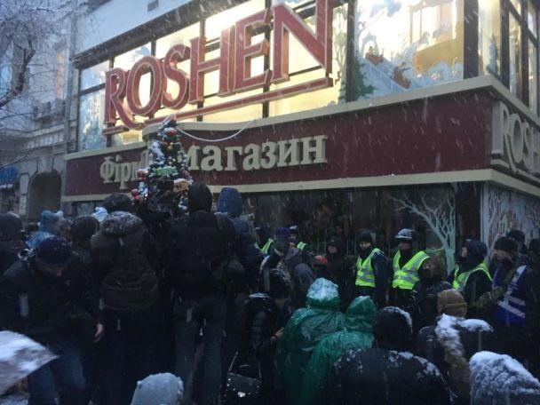 "Активисты ""Марша за импичмент"" разбили витрины магазина Roshen на Крещатике"