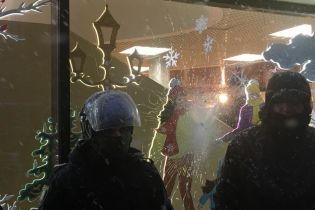 """Активісти """"Маршу за імпічмент"""" розтрощили вітрини магазину Roshen на Арсенальній"""