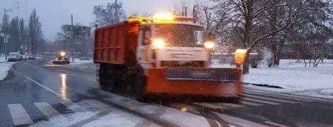 Близько 150 одиниць техніки наразі рятують столицю від снігопаду