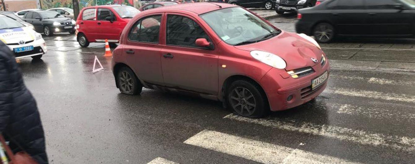 У Києві автомобіль врізався зупинку і збив трьох людей