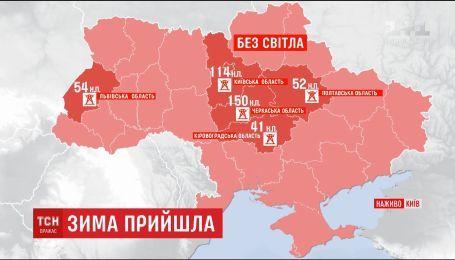 Зима прийшла вночі: через негоду півтисячі населених пунктів України залишилися без світла