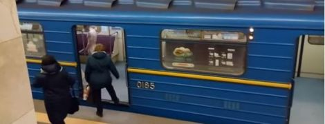 Голий чоловік у київському метро увірвався до кабіни машиніста
