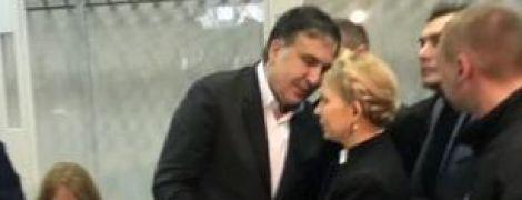 """""""Відчуття дежавю"""". Тимошенко приїхала до суду й обійняла Саакашвілі"""
