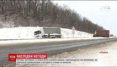 Зимняя непогода в Украине остановила транспортное движение и оставила людей без света
