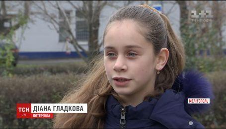 Шестиклассница из Мелитополя жалуется на старшеклассницу, которая оскорбляет ее и требует деньги