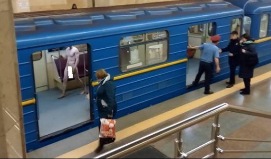 Чоловік, який голим бігав у київському метро, виявився психічно хворим