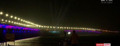 Нова туристична принада: у Дніпрі заграв яскравими вогнями 2-кілометровий міст