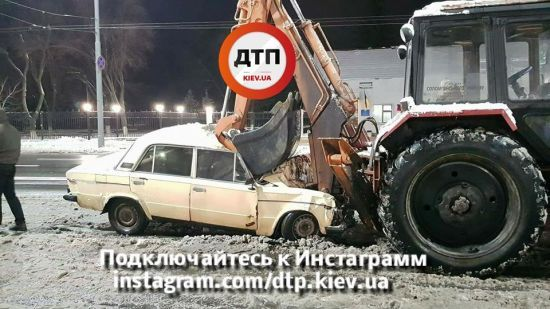 У Києві під російським посольством ВАЗ влетів у трактор