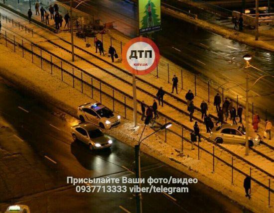 У Києві водій Daewoo не впорався з керуванням і вилетів на трамвайні колії на мосту
