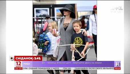 Анджелина Джоли вместе с детьми посетила блошиный рынок