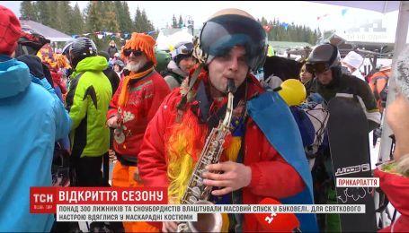 """Сноубордисты и лыжники открыли фестивальный сезон на """"Буковеле"""" массовым спуском"""