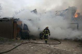 В Киеве на Русановских садах масштабно загорелся четырехэтажный дом