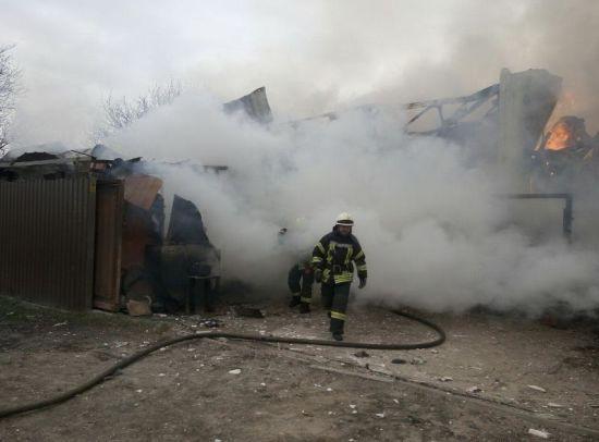 У Києві на Русанівських садах масштабно спалахнув чотириповерховий будинок