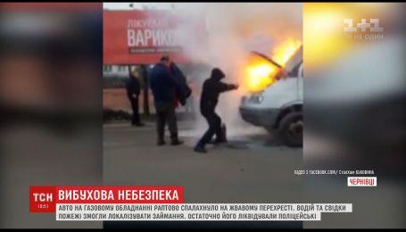 В Черновцах прямо посреди дороги загорелся хлебовоз