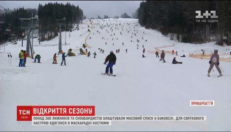 Сотни лыжников одновременно спустились с горы, чтобы открыть фестивальный сезон в Буковеле