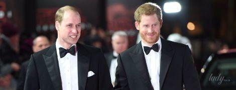 """В костюмах и бабочках: принцы Уильям и Гарри на премьере """"Звездных войн"""" в Лондоне"""