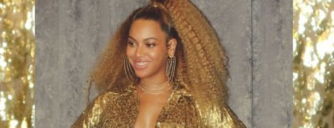 В золотом платье с глубоким декольте: Бейонсе подчеркнула фигуру откровенным нарядом