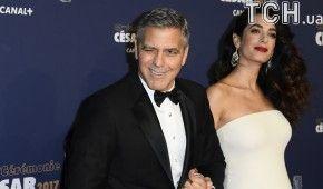 Джордж Клуні роздав пасажирам літака, в якому летів з дітьми, навушники з шумопоглинанням