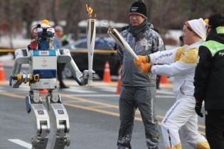 В Южной Корее впервые в истории привлекли роботов к эстафете олимпийского огня
