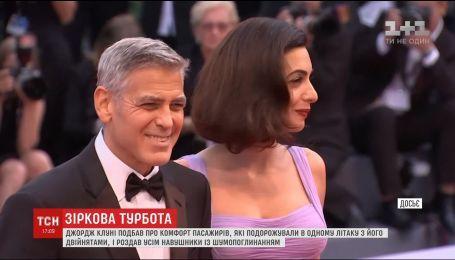 Джордж Клуни раздал наушники пассажирам своего рейса во время путешествия с младенцами