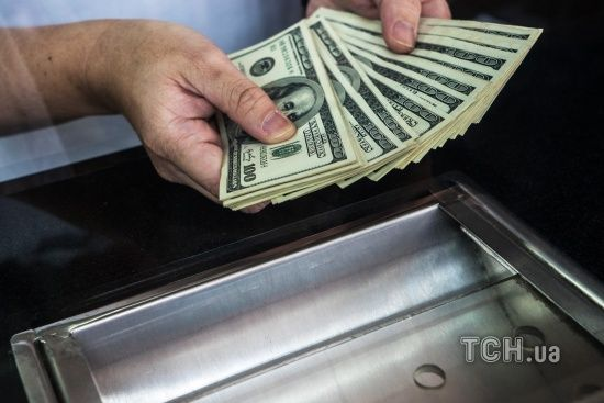 У четвер долар і євро здорожчають у курсах Нацбанку. Інфографіка