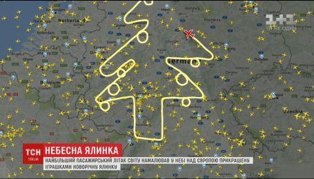 Самый большой пассажирский самолет нарисовал в небе над Европой новогоднюю елку
