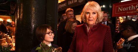 В новом пальто и в жемчужных серьгах: герцогиня Корнуольская сходила на знаменитый в Лондоне рынок
