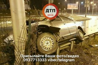 У Києві водій зніс 30 метрів відбійника та втік з місця ДТП, залишивши пораненого пасажира