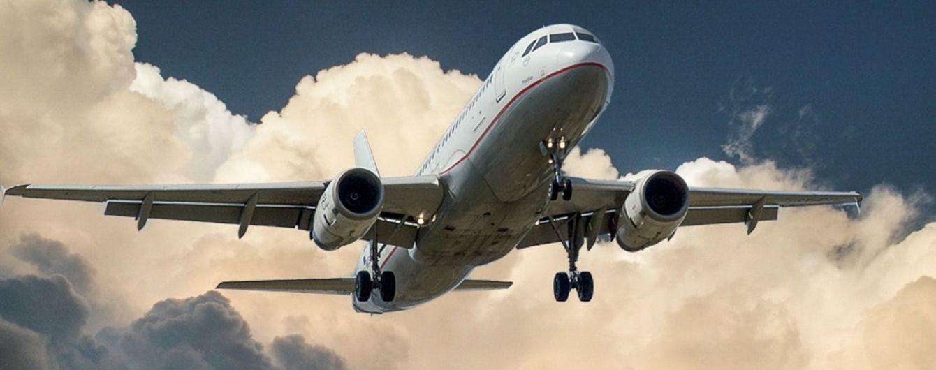 Извращенец в самолете чуть не изнасиловал девушку, которая случайно заснула у него на коленях