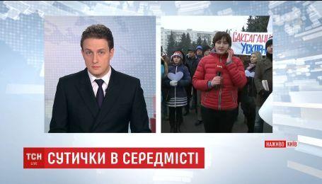 Под зданием Киевской обладминистрации подрались артисты и АТОшники