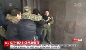 Під Київською ОДА побилися актори-протестувальники з людьми у камуфляжі