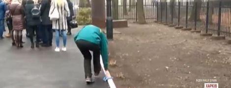 У Мережі опублікували відео, як в Харкові миють бордюри перед візитом президентів