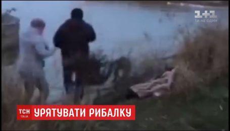 Поліцейські Донеччини врятували життя чоловіку, якому стало зле на воді