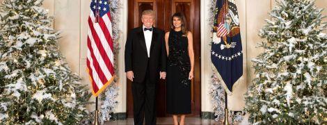 Белый дом обнародовал официальное рождественское фото Трампов у дверей между елками