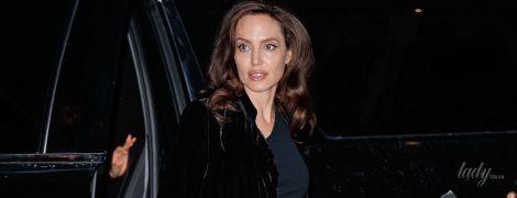 В элегантном платье и бархатном пальто: Анджелина Джоли в объективах папарацци