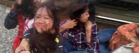 В Індонезії голова дівчини потрапила під поїзд під час селфі