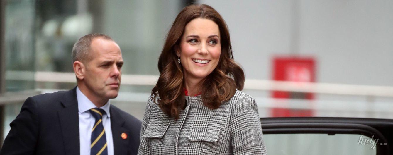 В пальто и туфлях на каблуке: беременная герцогиня Кембриджская сходила на фокус-группу