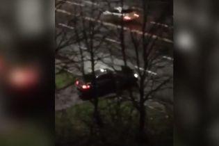 На капоті Mercedes: обидві сторони конфлікту розповіли про резонансні події на київському тротуарі
