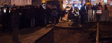 Коммунальщики объяснили, почему под трамвайными путями в Киеве провалилась огромная яма