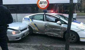 У Києві таксі протаранило патрульне авто, дівчину-копа забрали до лікарні