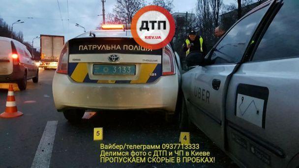 У Києві таксі протаранило патрульне авто дівчину-копа забрали до лікарн