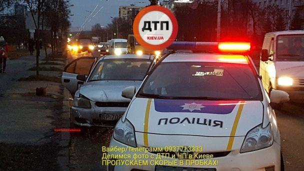 УКиєві таксі протаранило патрульне авто, дівчину-копа забрали до лікарні
