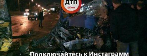 Масштабное ДТП с пострадавшими: в Киеве микроавтобус лоб в лоб врезался в маршрутку