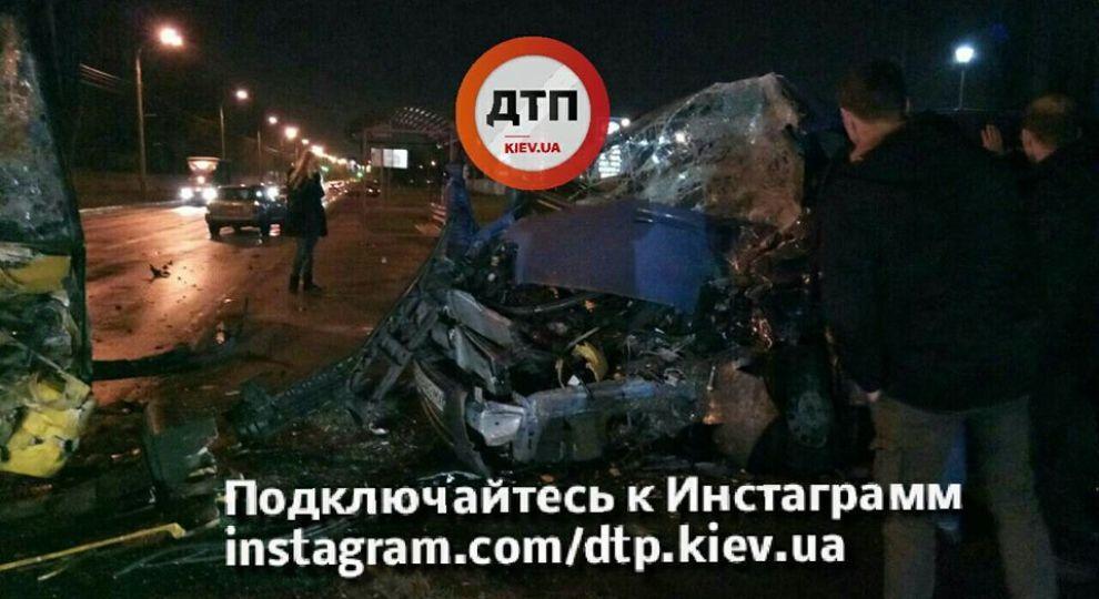 Масштабна ДТП із постраждалими: у Києві мікроавтобус лоб у лоб врізався у маршрутку