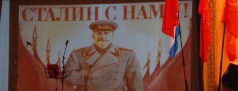 """В окупованому Севастополі комуністи прийняли дітей у піонери і заспівали """"Поверніть Сталіна"""""""