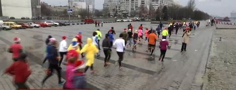 """Несколько сотен днепрян пробежали костюмированный """"марафон"""" ради детей"""