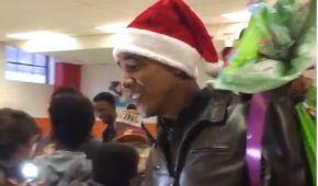 Обама у шапці Санта-Клауса прийшов до дітей із мішком подарунків