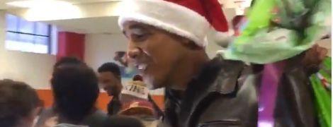 Обама в шапке Санта-Клауса пришел к детям с мешком подарков